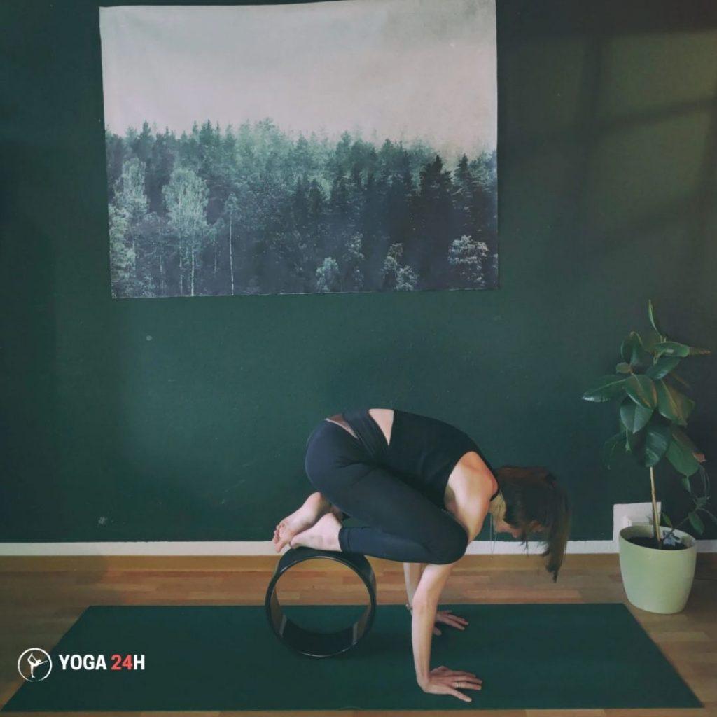 Bài tập yoga với vòng tư thế con quạ crow pose