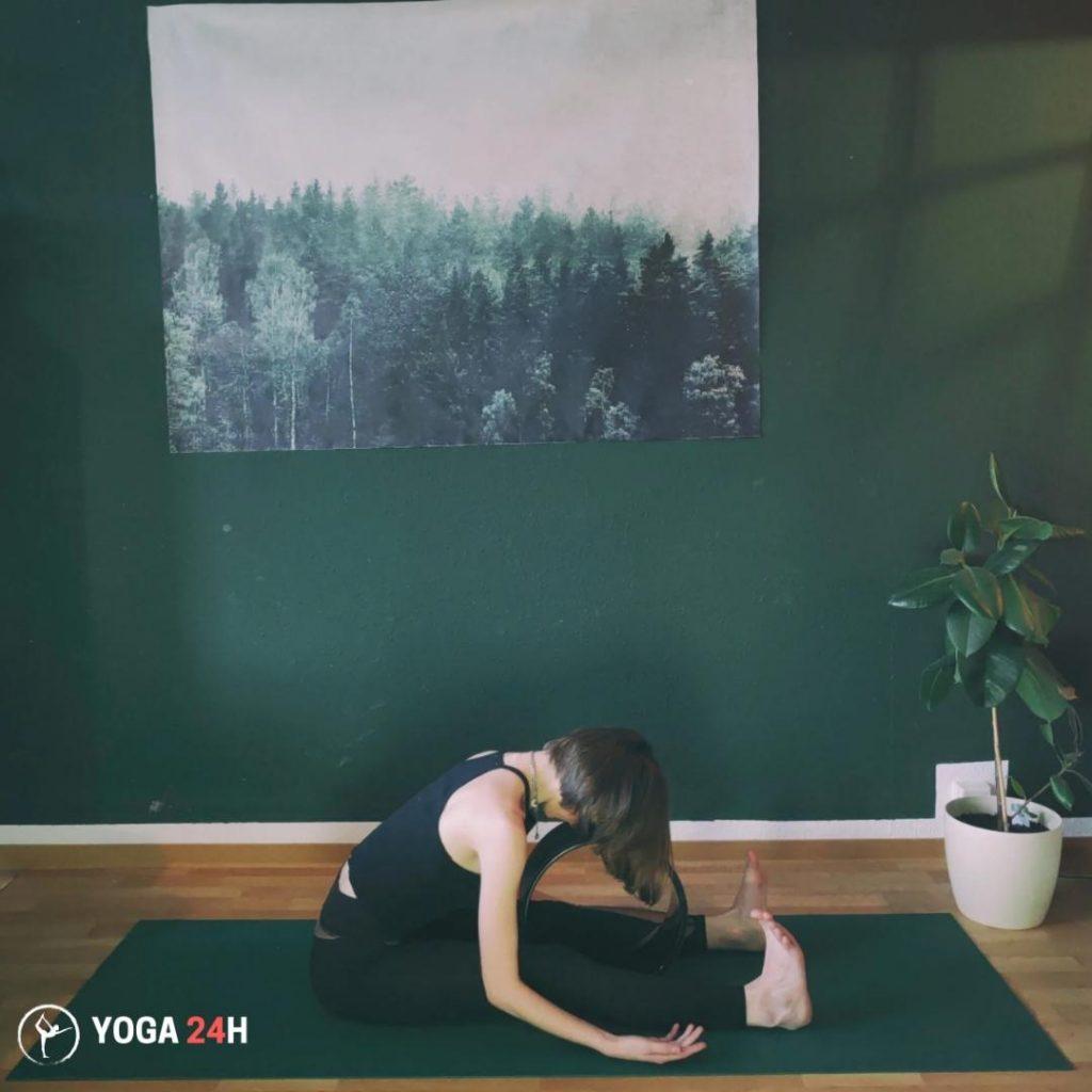 Bài Tập Yoga với vòng ngồi gập người về phía trước