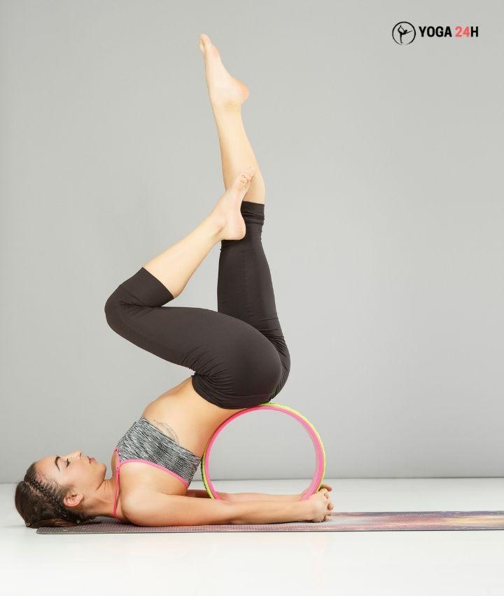Bài tập yoga với vòng Tư Thế Đứng Bằng Vai