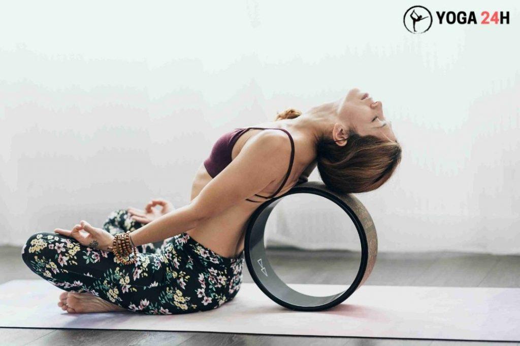 tập yoga với vòng tư thế thiền tĩnh tọa