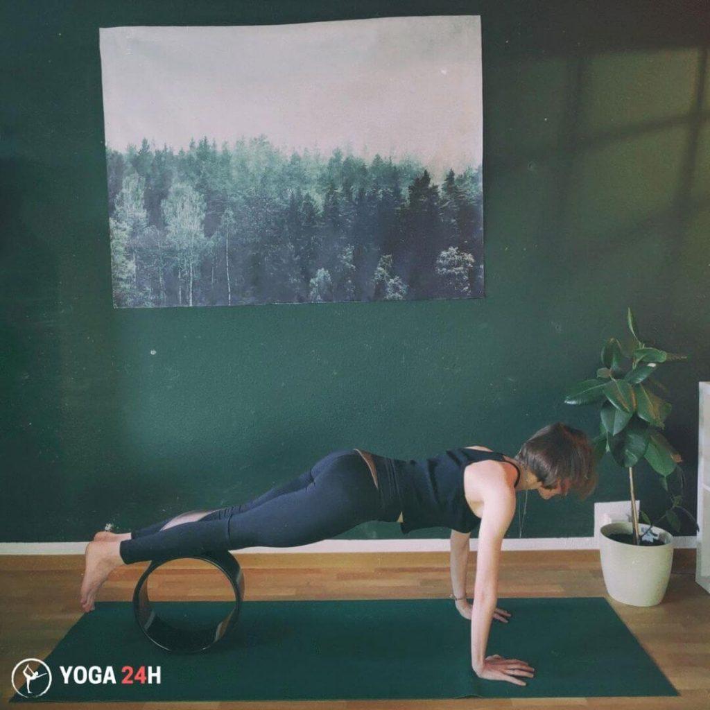 Tập Yoga với vòng Knee Tucks