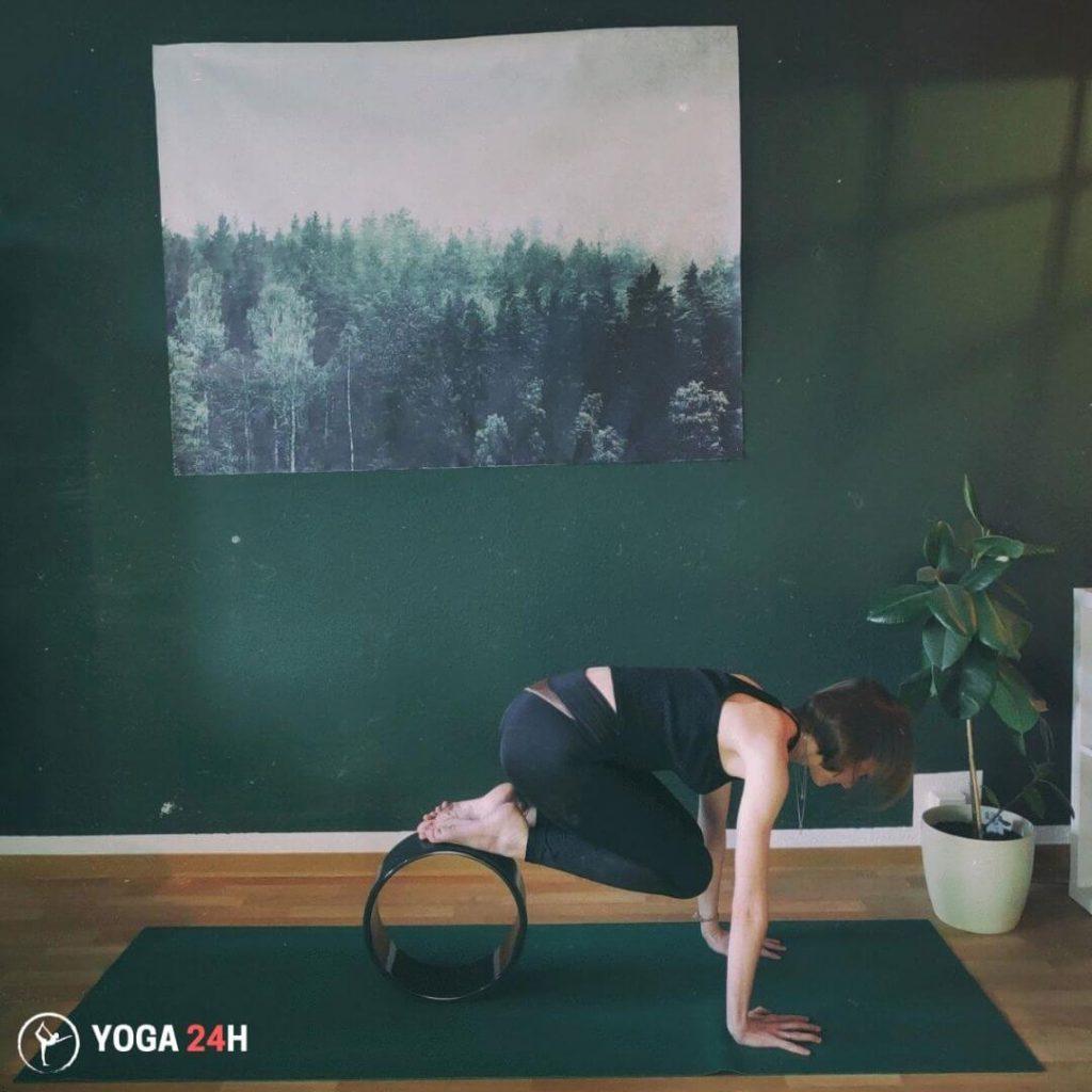 Tập Yoga với vòng Knee Tucks 2