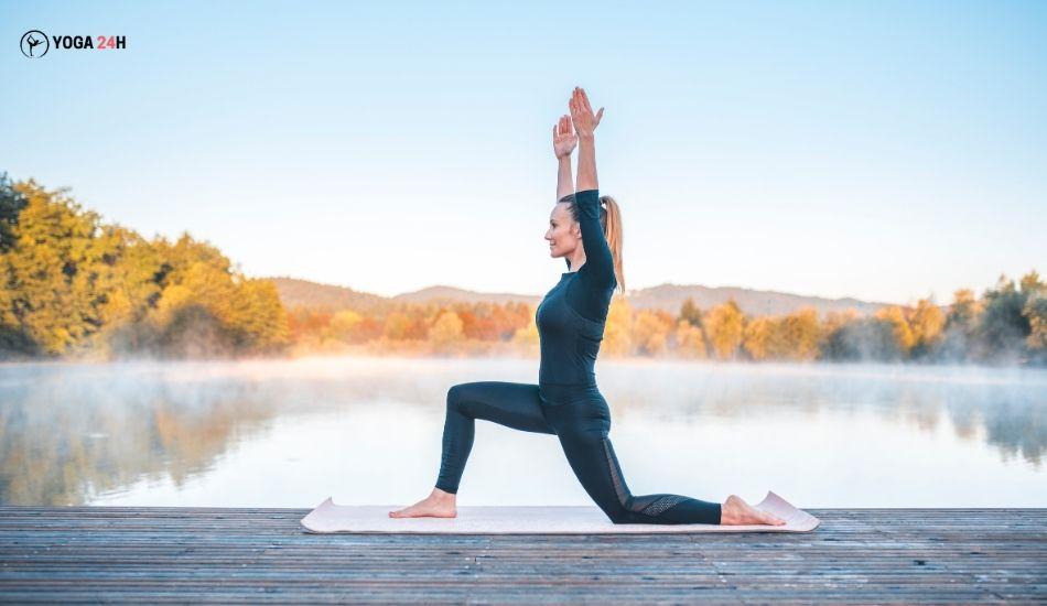 Yoga buổi sáng low lunge chân phải