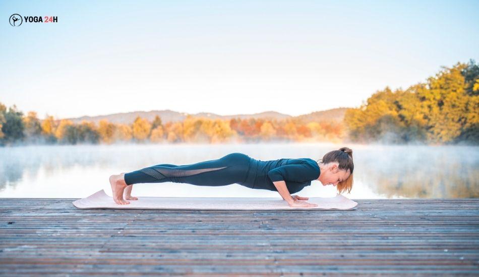Yoga buổi sáng Plank thấp
