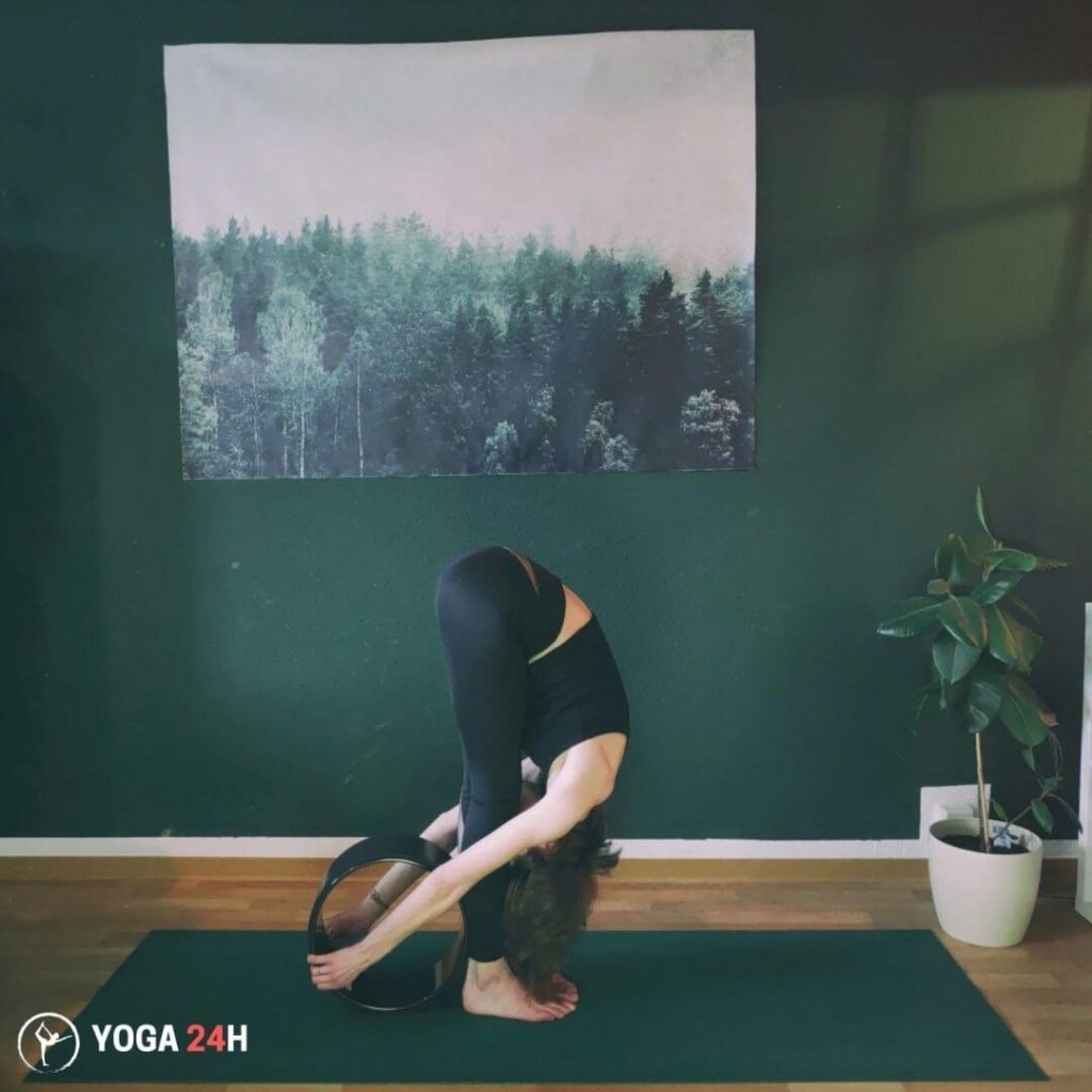 Bài Tập Yoga với vòng đứng gập người