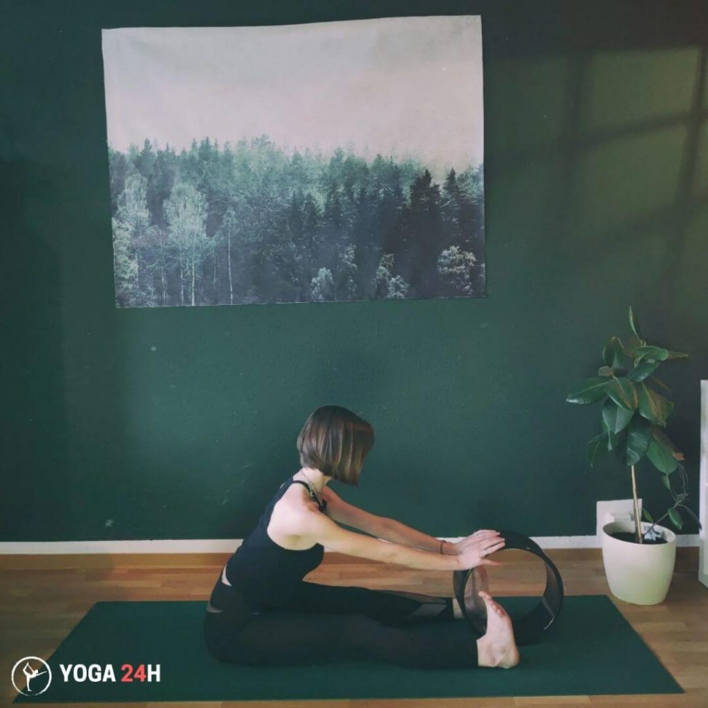Bài Tập Yoga với vòng gập người về phía trước