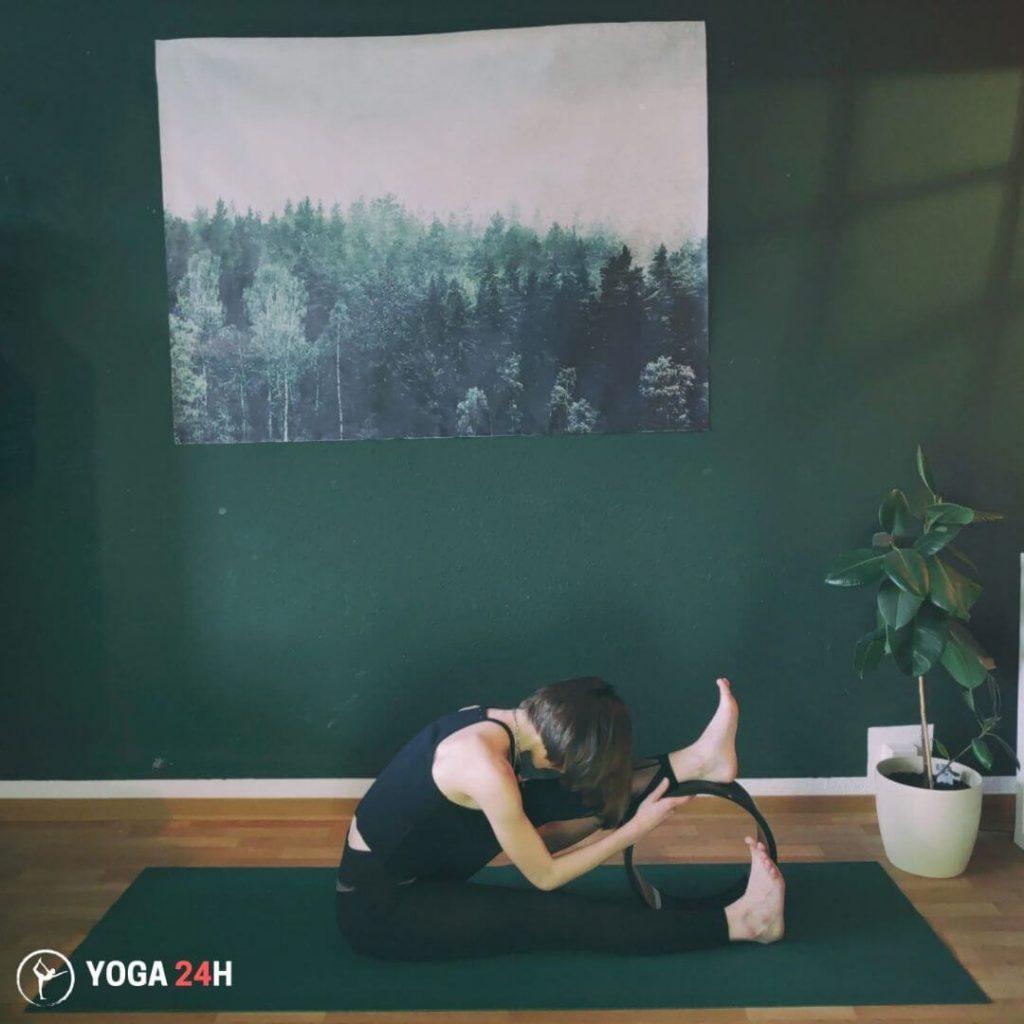 Bài Tập Yoga với vòng head to knee forward bend