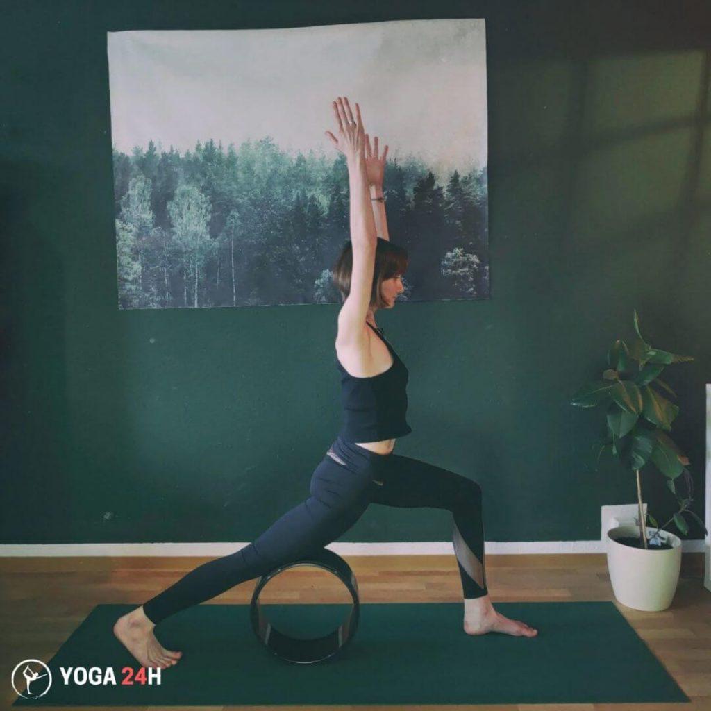 Bài Tập Yoga với vòng high lunge