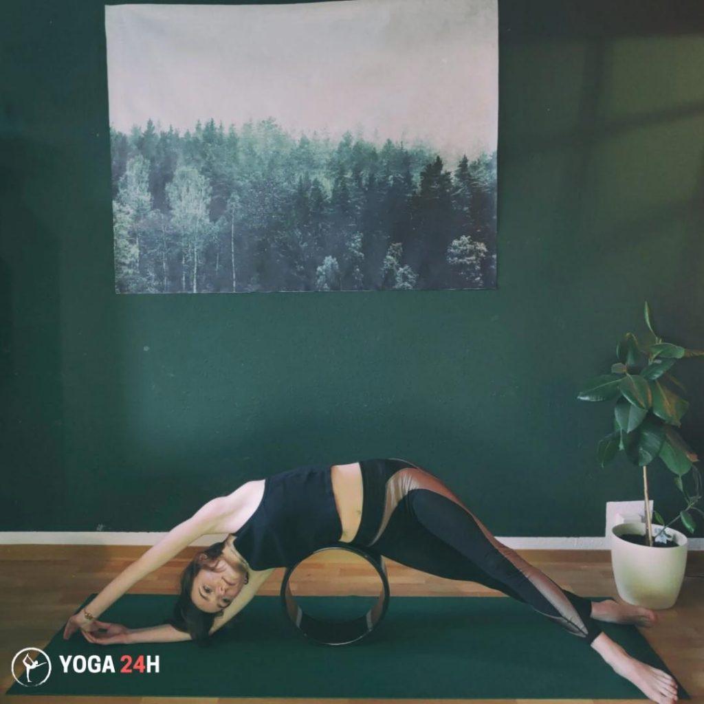 tập yoga với vòng nằm một bên duỗi