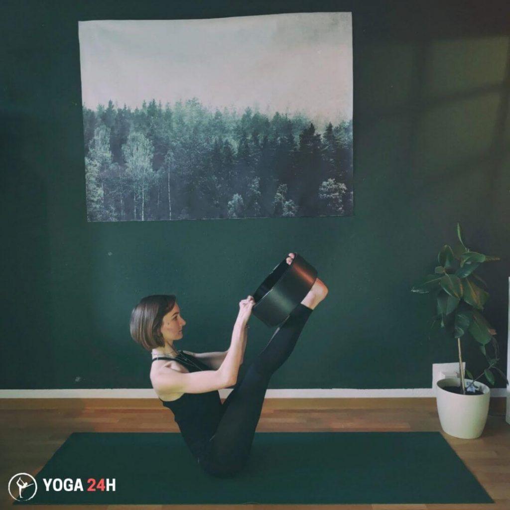 Bài Tập Yoga với vòng tư thế chiếc thuyền