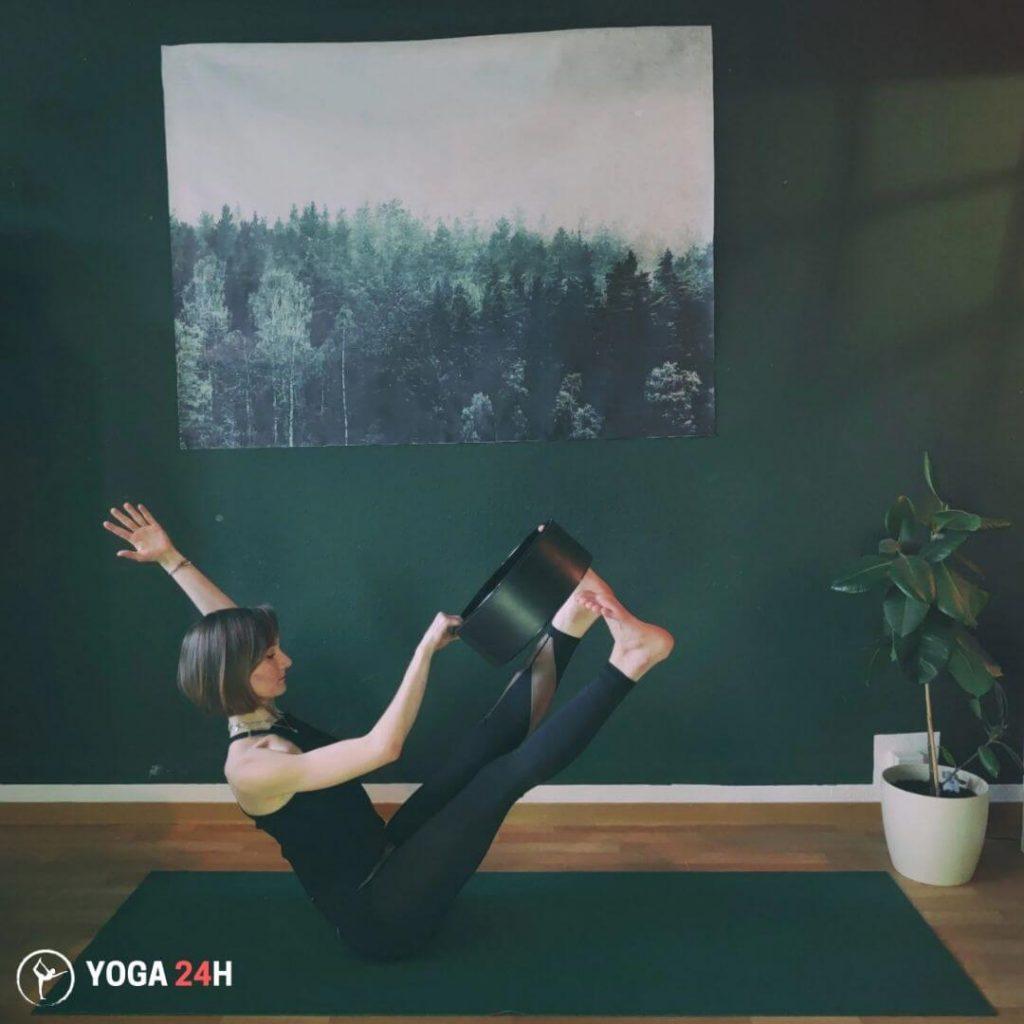 Bài Tập Yoga với vòng tư thế chiếc thuyền 2