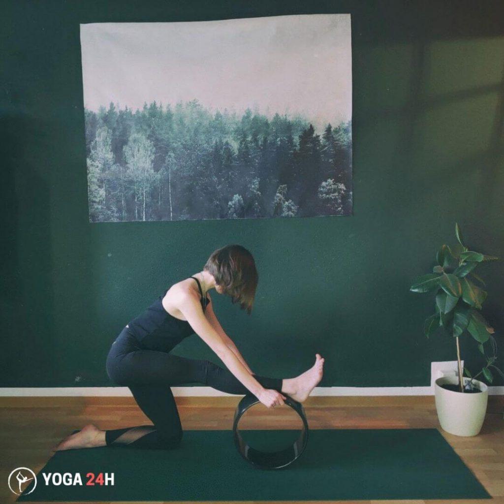 Bài Tập Yoga với vòng xoạc chân