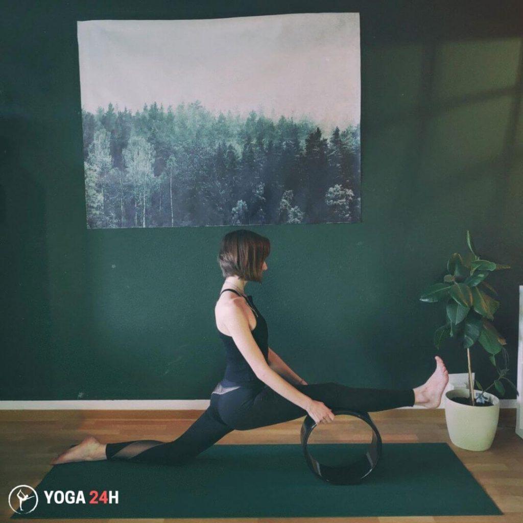 Bài Tập Yoga với vòng xoạc chân 2