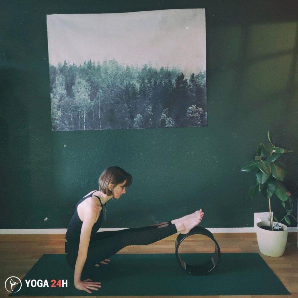 Tập Yoga với vòng Rolling upward upward plank