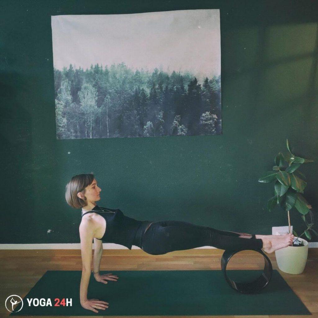 Tập Yoga với vòng Rolling upward upward plank 2