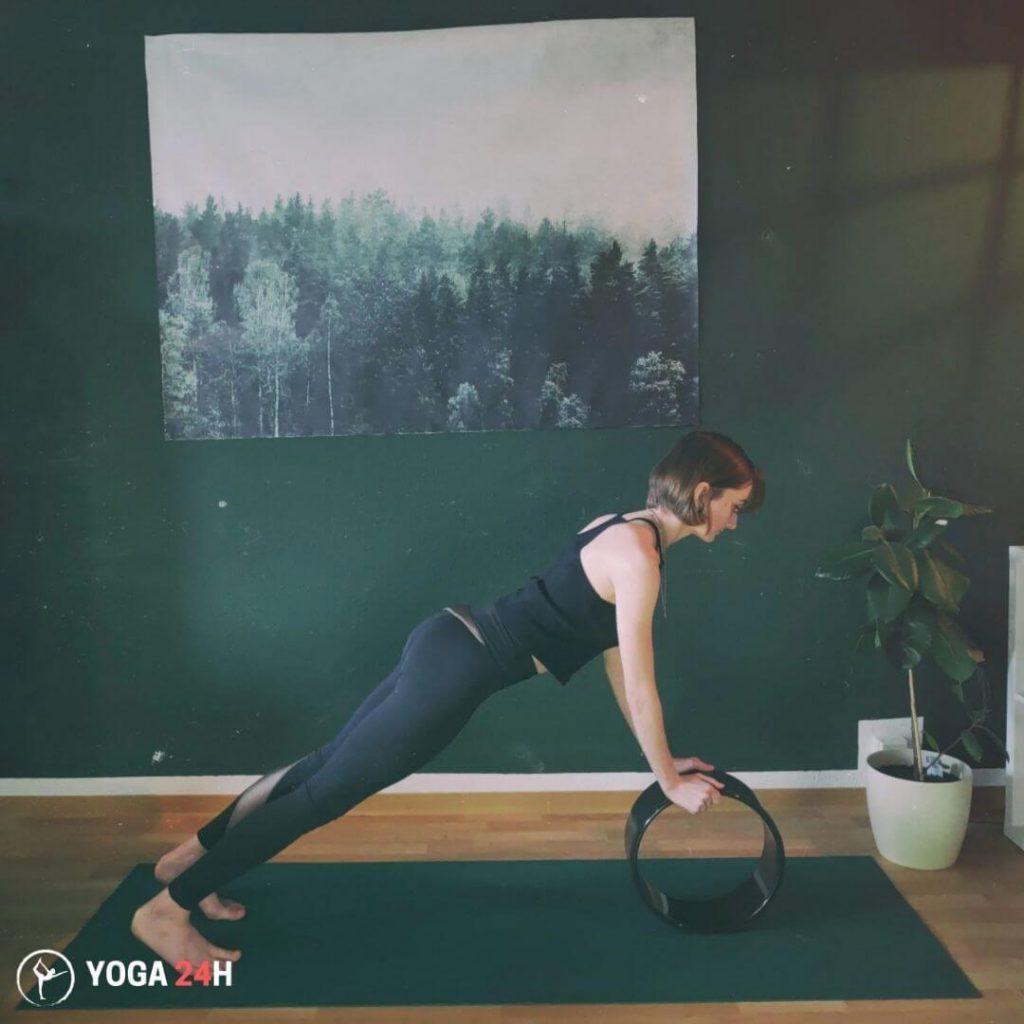 Tập Yoga với vòng Plank