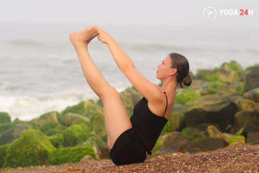 Tư thế chiếc thuyền trong yoga ngoài trời