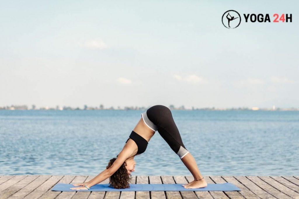 Thực hiện tư thế chó up mặt trong yoga bên bãi biển